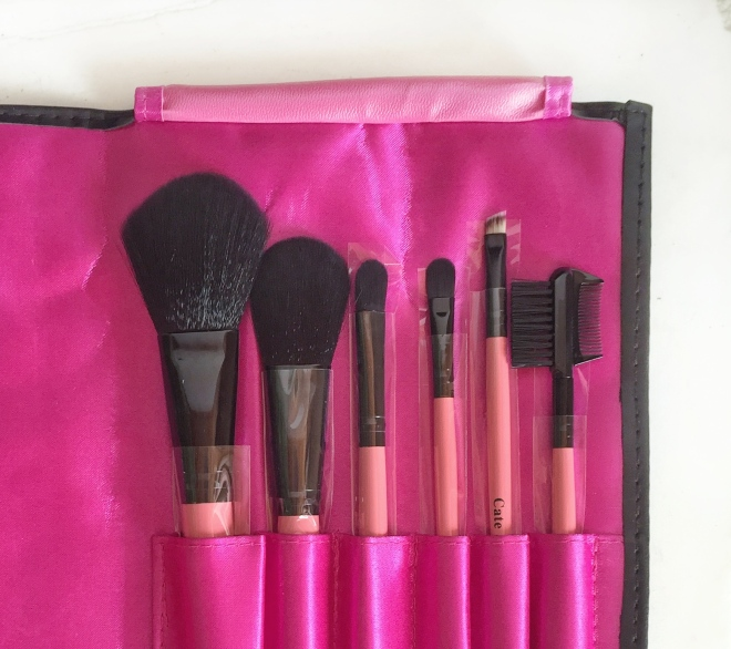 Unraveled surprise 3: Full set of makeup brushes