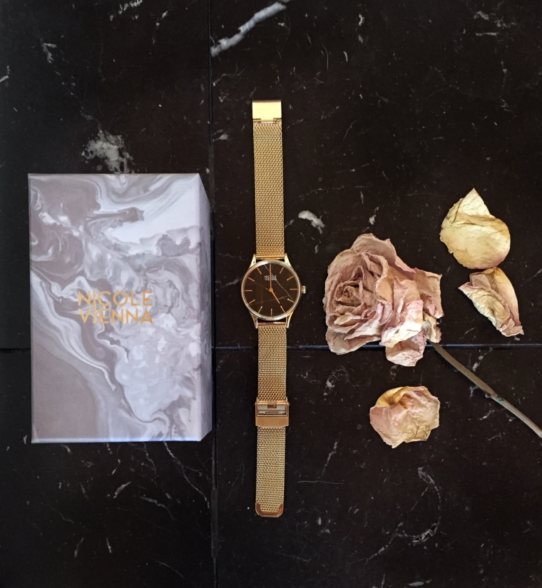 Flatlay-time-watch-gold